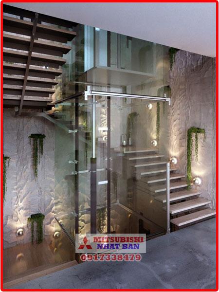 thang máy kính ở giữa cầu thang bộ