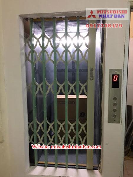 cửa sắt mở tay thang máy tải hàng