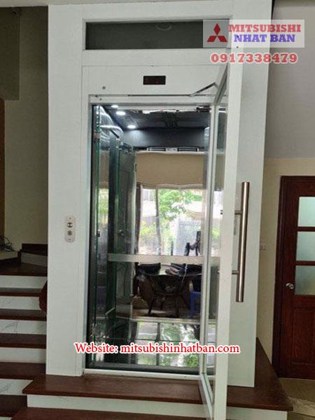 thang máy mở cửa bằng tay